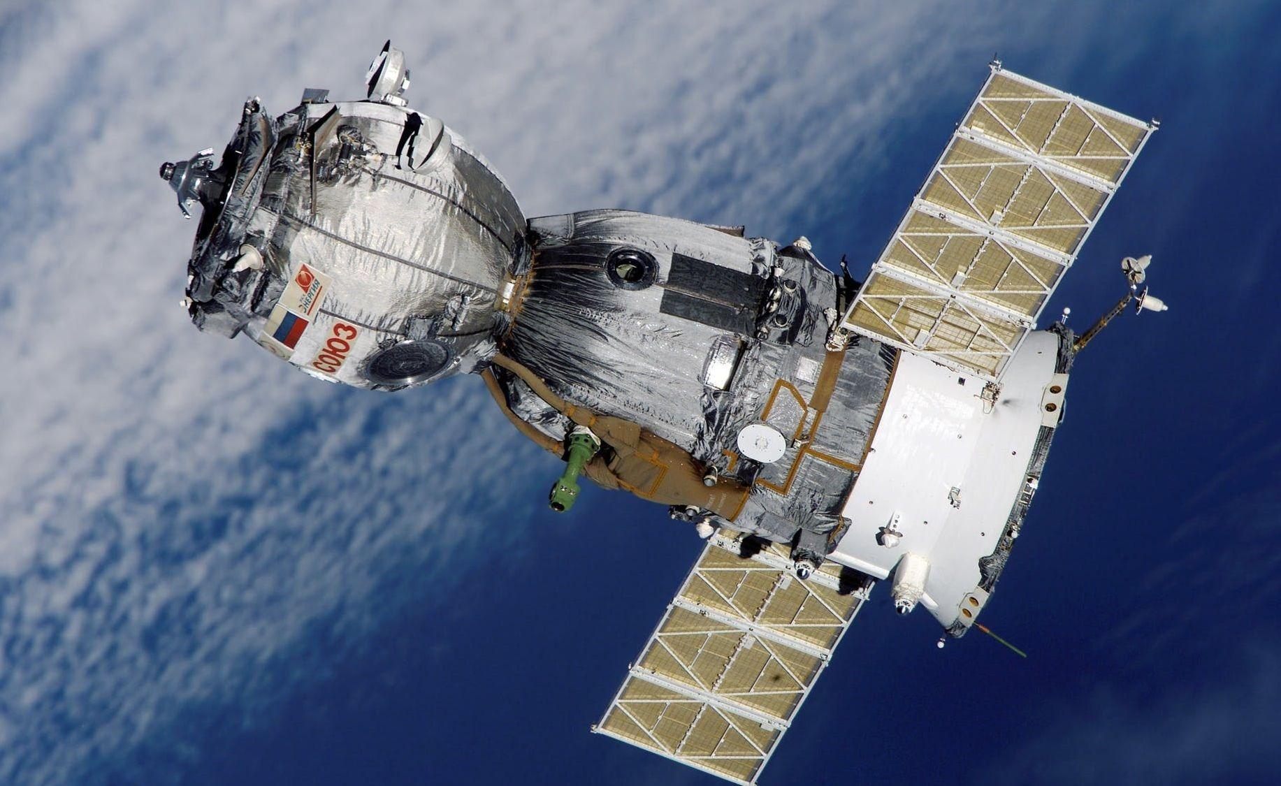Satellite soyuz spaceship space station 41006