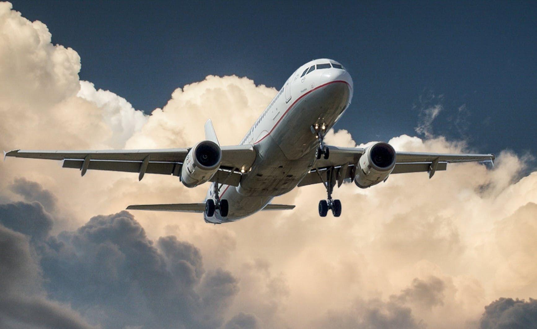 Aircraft jet landing cloud 46148 %281%29